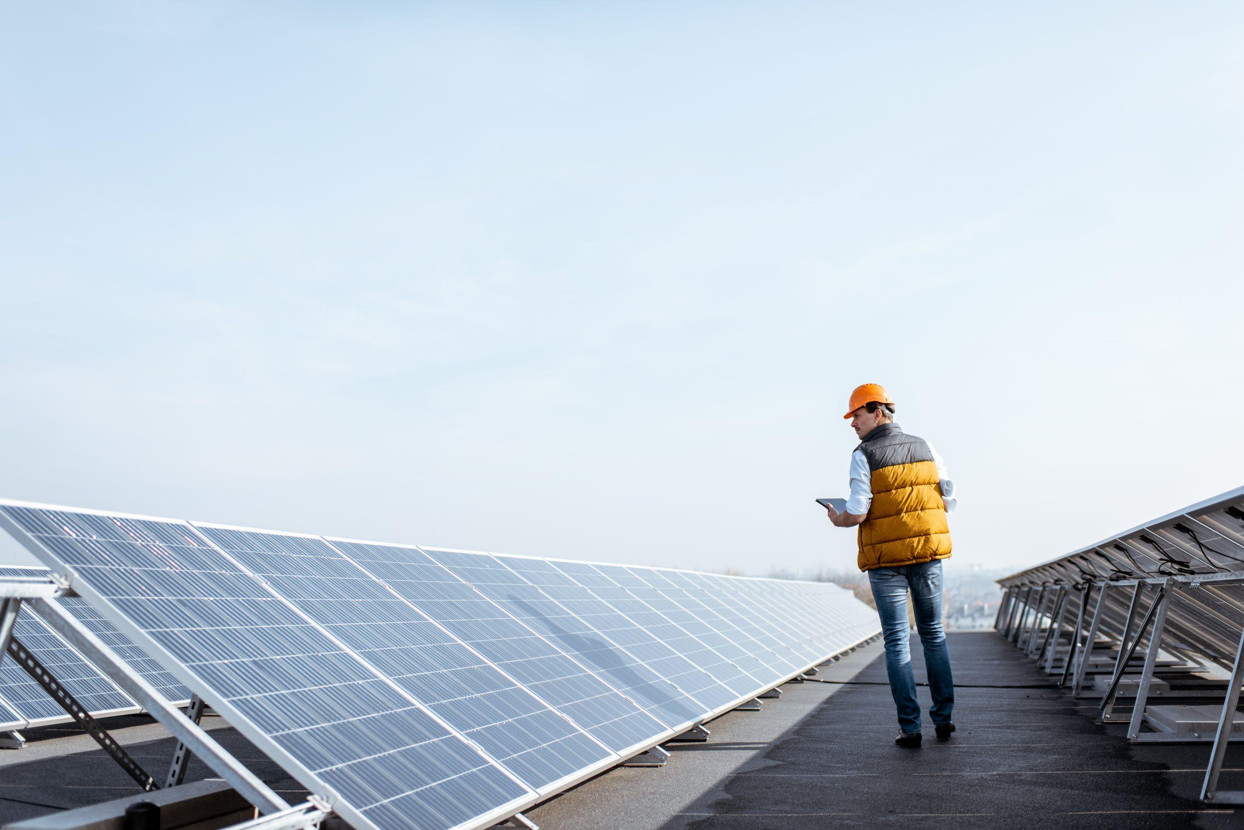 solceller, soltak, man på tak